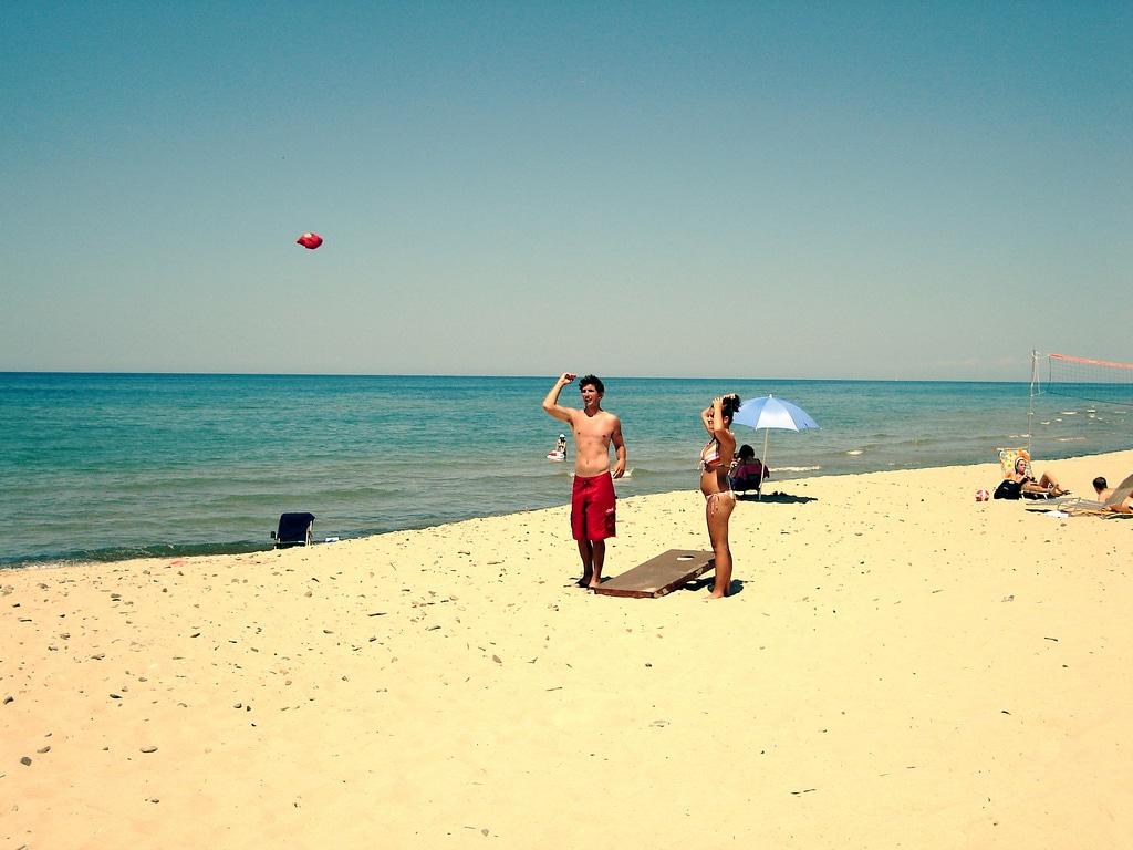 beach-couple-game-cornhole