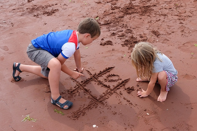 beach-noughts-crosses-kids-game